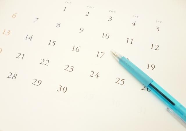 カレンダーと青いボールペン